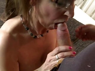 Grown up sexbomb mother fucks young brat like crazy