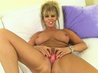 Busty mature Gabby Fox is soon to border on play around nylon tights