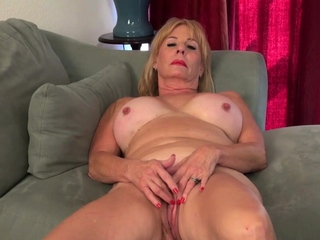 Blonde gilf Sindee Dix gives her elderly pussy a workout