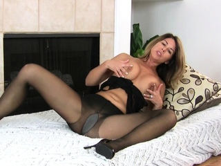 Gorgeous grown up Niki makes you lust for her pussy