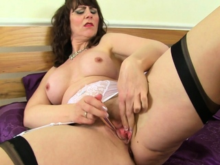 Hot milf Toni Lace pleases her wide open cunny