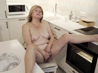 Jane Fox heads into the kitchen to do some cooking. The
